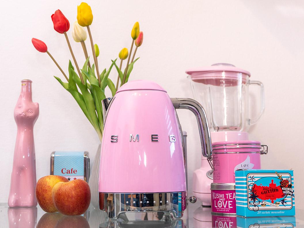 Ein rosa Retro-Wasserkocher von Smeg in RetroCats Küche