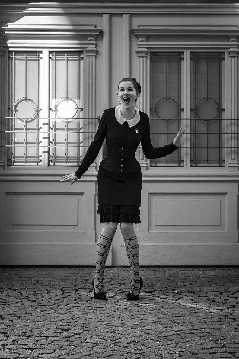 RetroCat mit stylisher Oroblu-Strumpfhose, schwarzem Kleid und Korsett