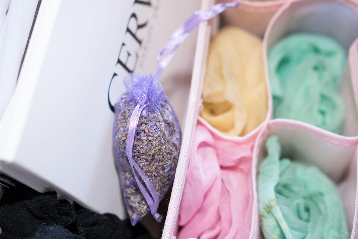 Strumpfhosen aufbewahren: Nylons in einer Box sowie ein Lavendelsäckchen