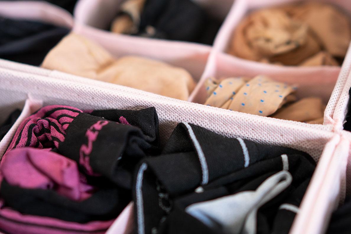 Strumpfhosen aufbewahren: Eine rosa Aufbewahrungsbox für Unterwäsche
