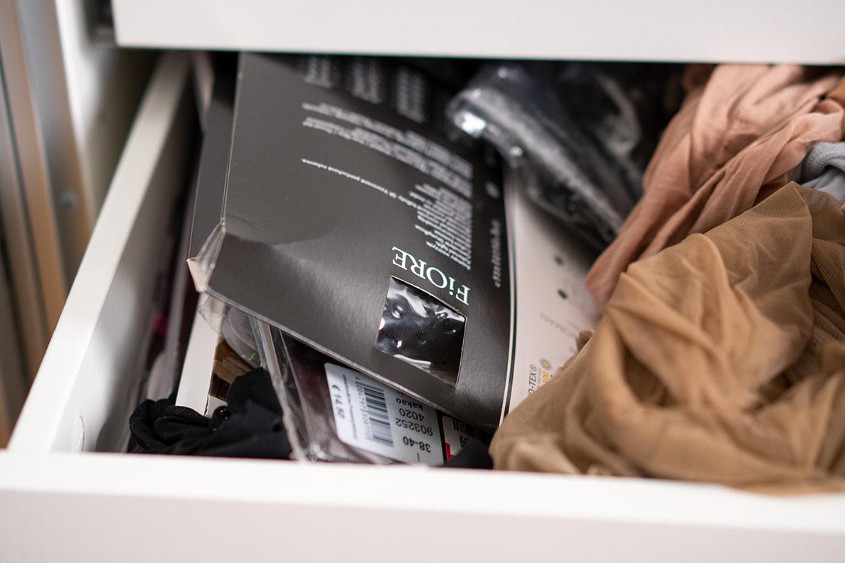 RetroCats Strumpfhosen-Schublade vor dem Sortieren
