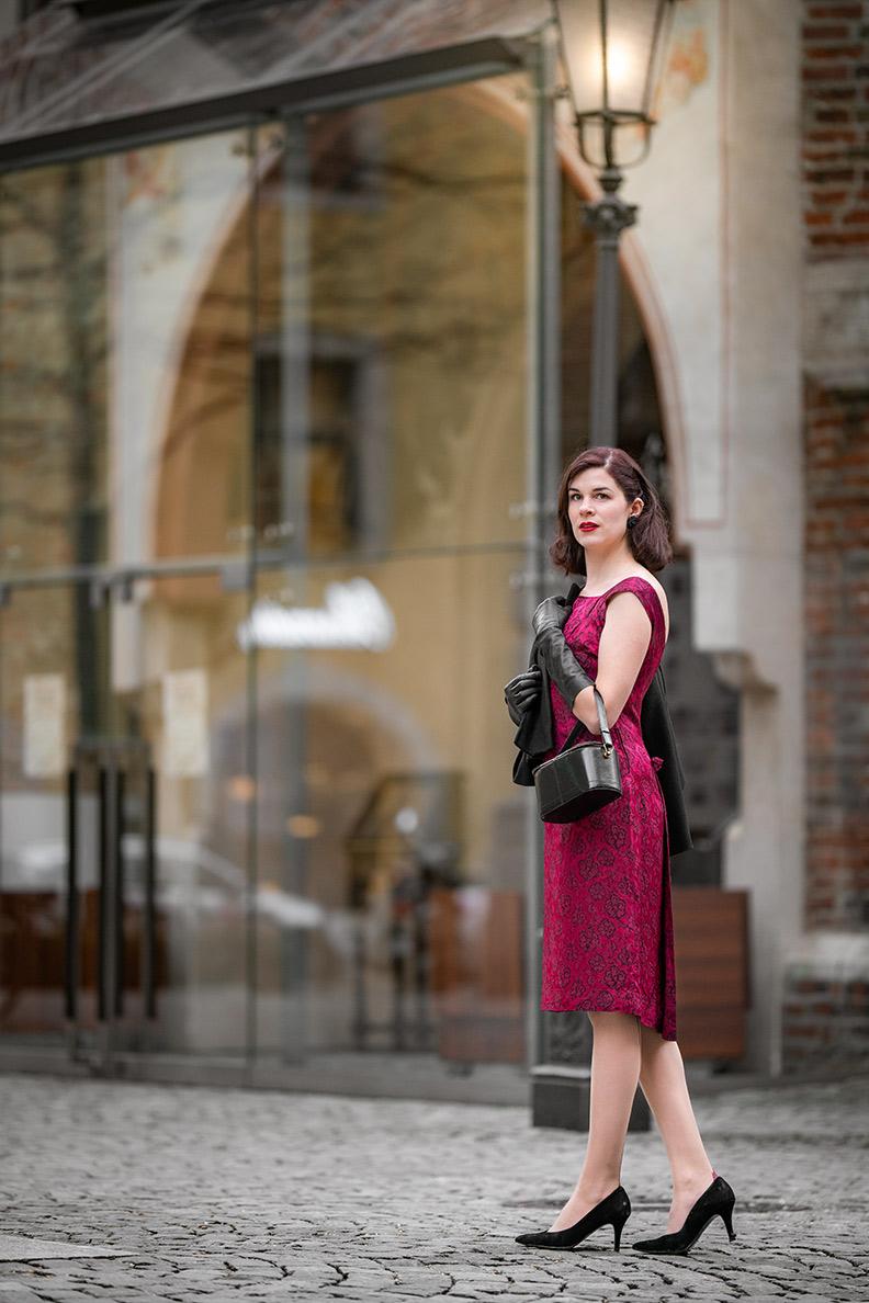RetroCat mit einem roten Vintage-Kleid und passenden Strümpfen