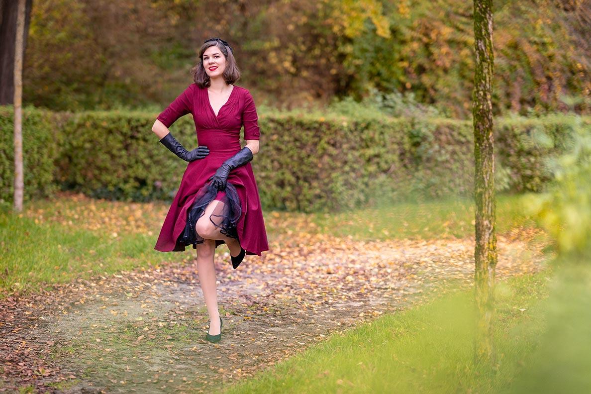 RetroCat mit weinrotem Kleid und passenden Nahtstrümpfen von What Katie Did