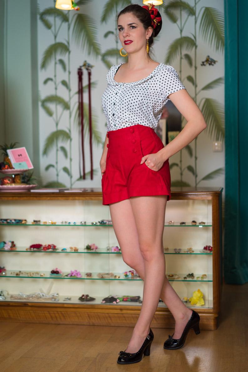 RetroCat mit roten Shorts und einer gepunkteten Bluse
