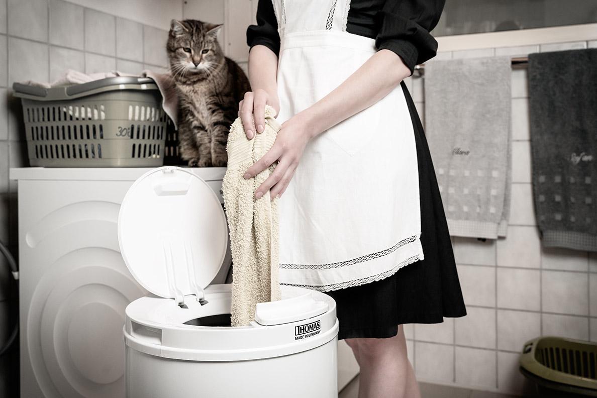 RetroCat mit ihrer Katze beim Benutzen einer Wäscheschleuder von THOMAS