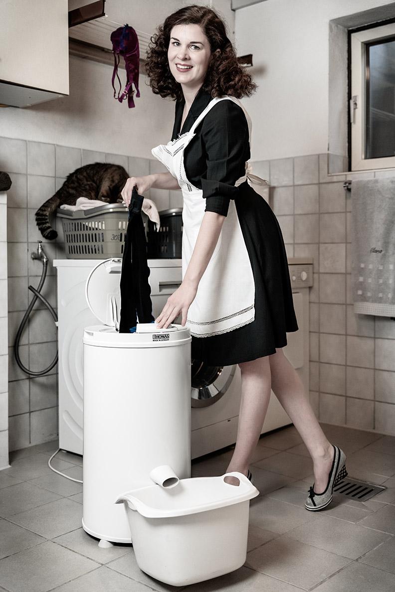 RetroCat mit einer Wäscheschleuder von THOMAS beim Strümpfe-Waschen