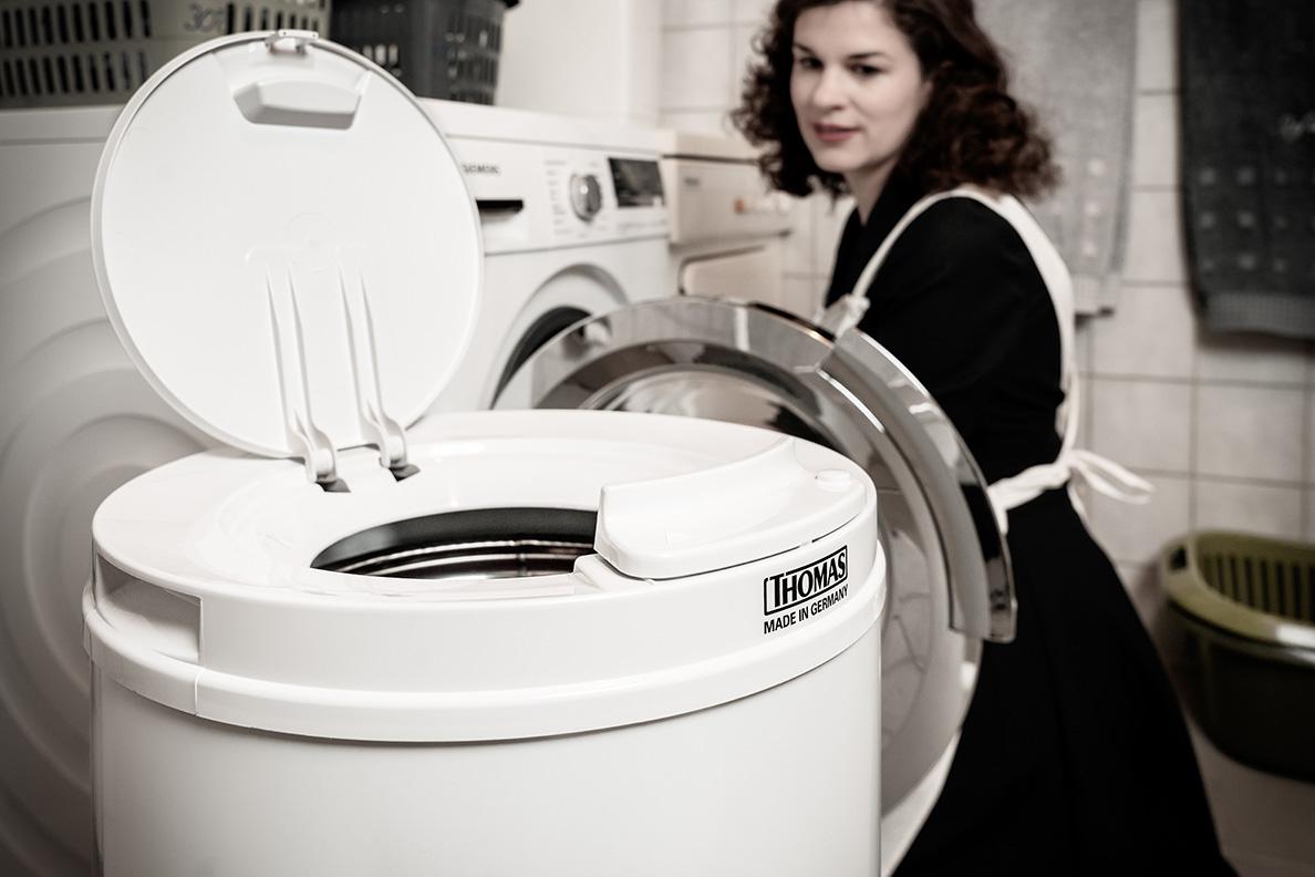 RetroCat beim Wäsche Waschen und Trocknen mit der Wäscheschleuder von THOMAS