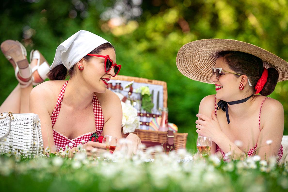 RetroCat und Karoline beim Picknicken im Park mit coolen Retro-Outfits