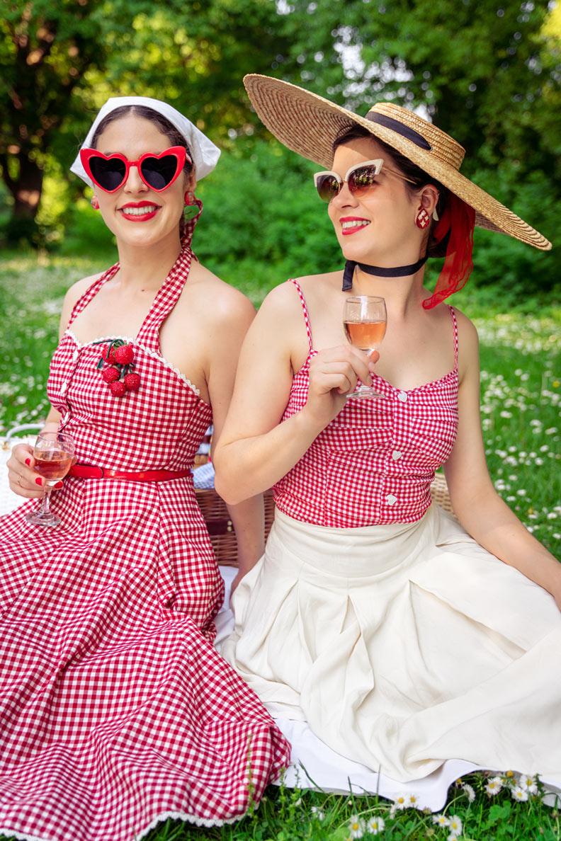 RetroCat und eine Freundin tragen rot-weißes Pepita-Muster beim Picknick im Grünen