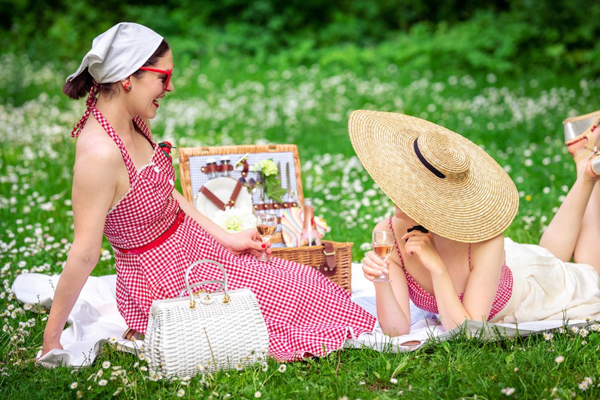 RetroCat mit einer Freundin beim Picknicken im Park