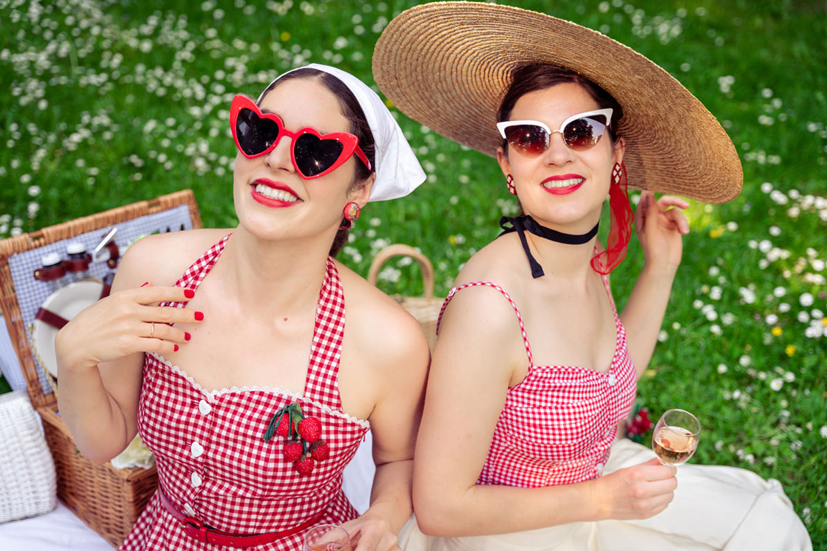 RetroCat und eine Freundin mit coolen Retro-Sonnenbrillen und Kopfschmuck beim Picknicken