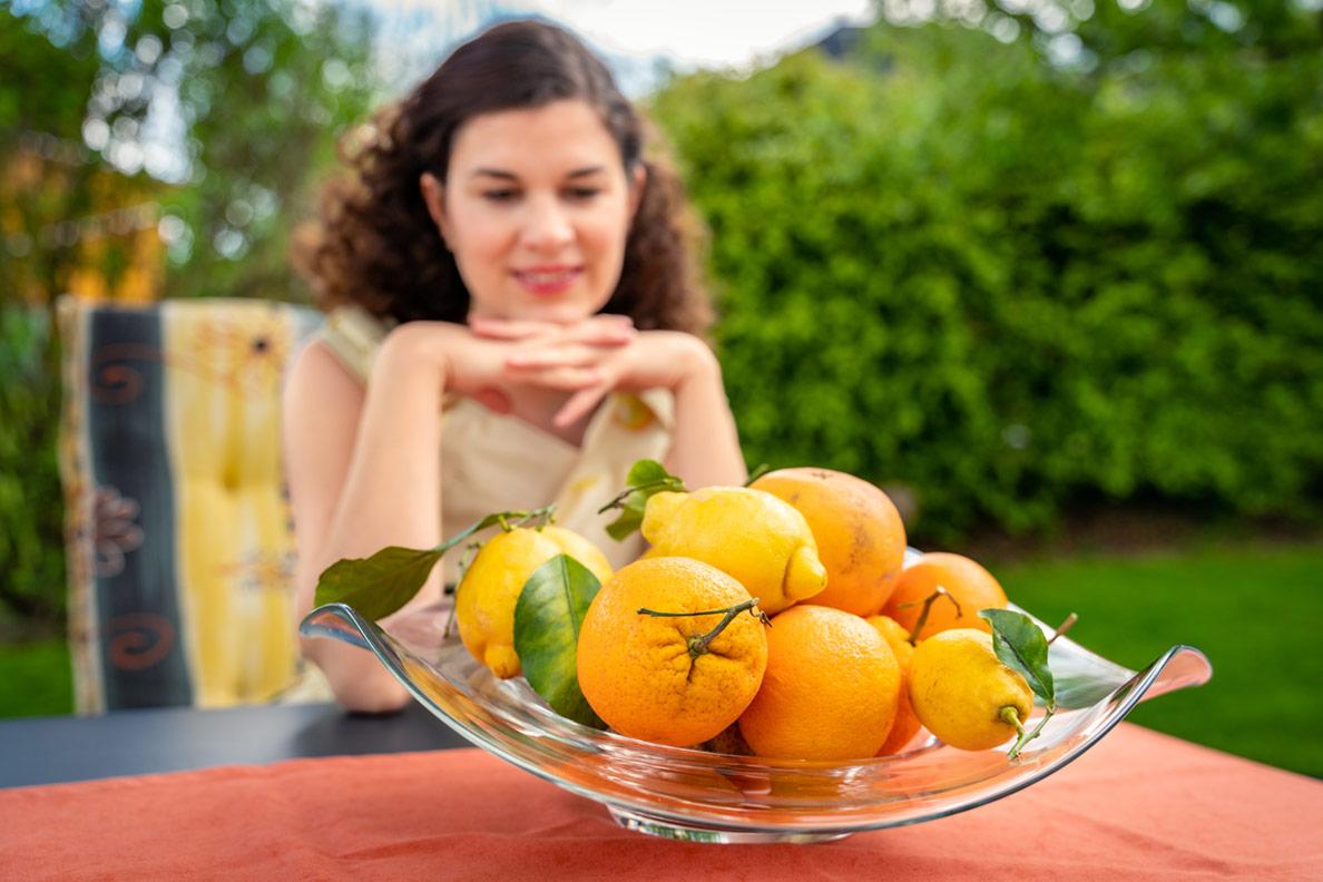 RetroCat zeigt sommerliche Kleider mit Fruchtprint: von Zitronen bis Äpfel