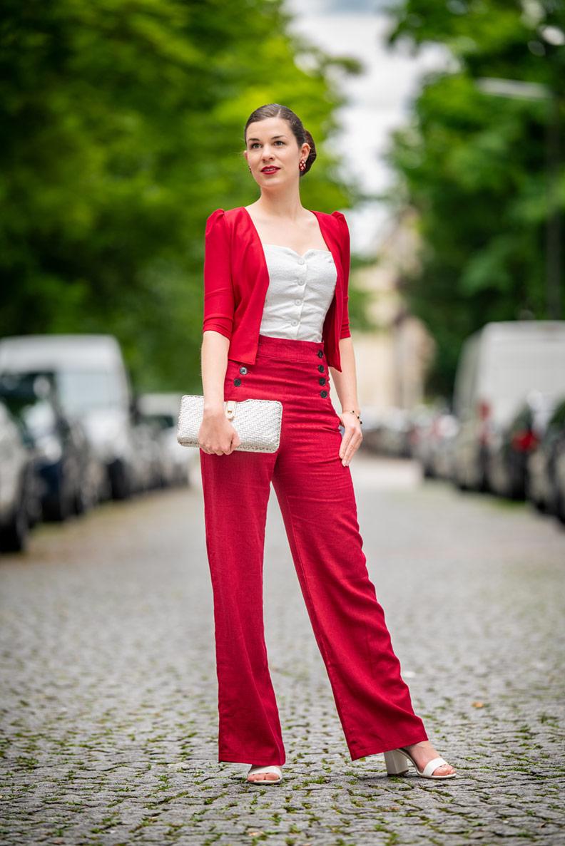 RetroCat mit weißen Sandalen, roter Hose und roter Jacke
