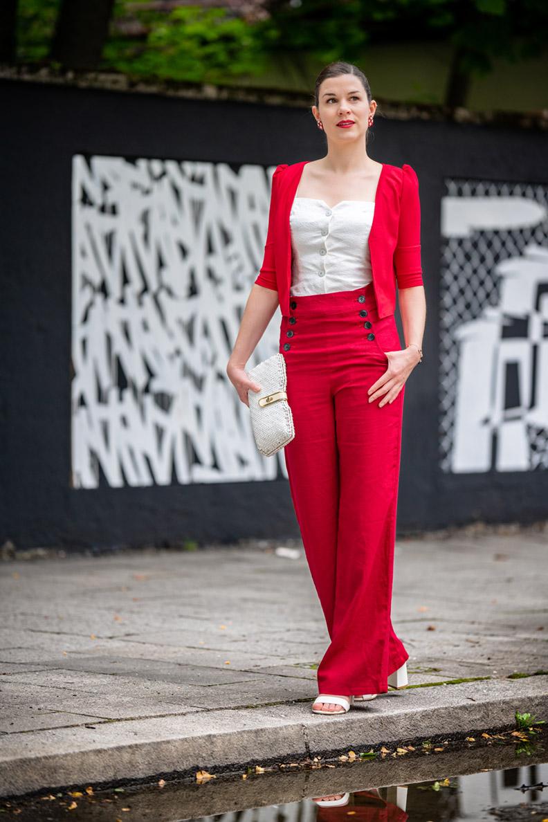 RetroCat mit roter Marlenehose und rotem Cardigan von 18nulleins Lady in München