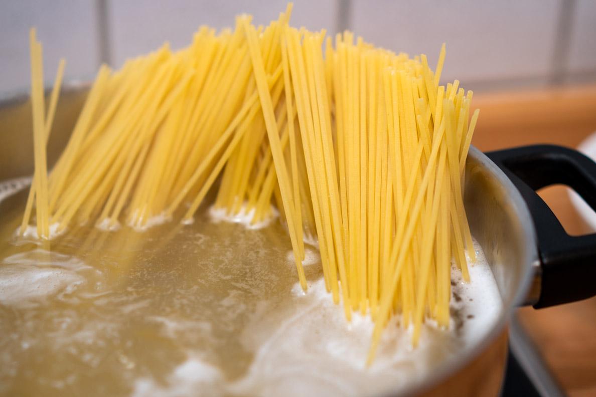 In Salzwasser kochende Spaghetti