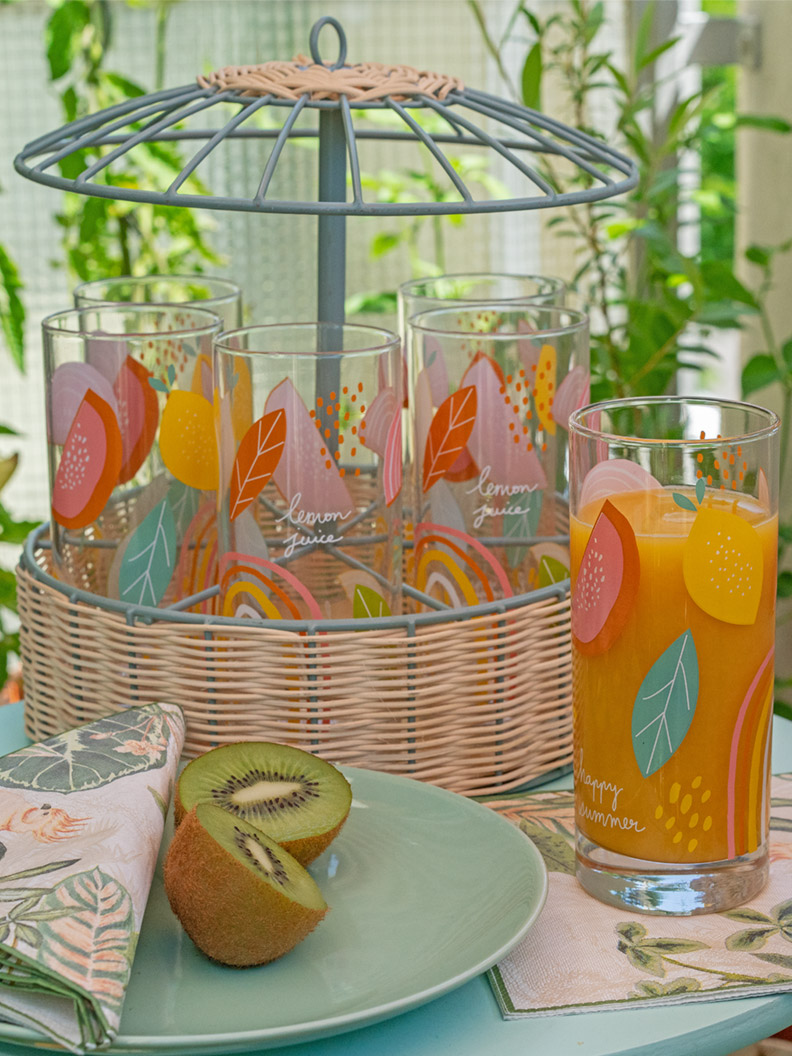 Ein Gläser-Karussell und sommerliches Geschirr