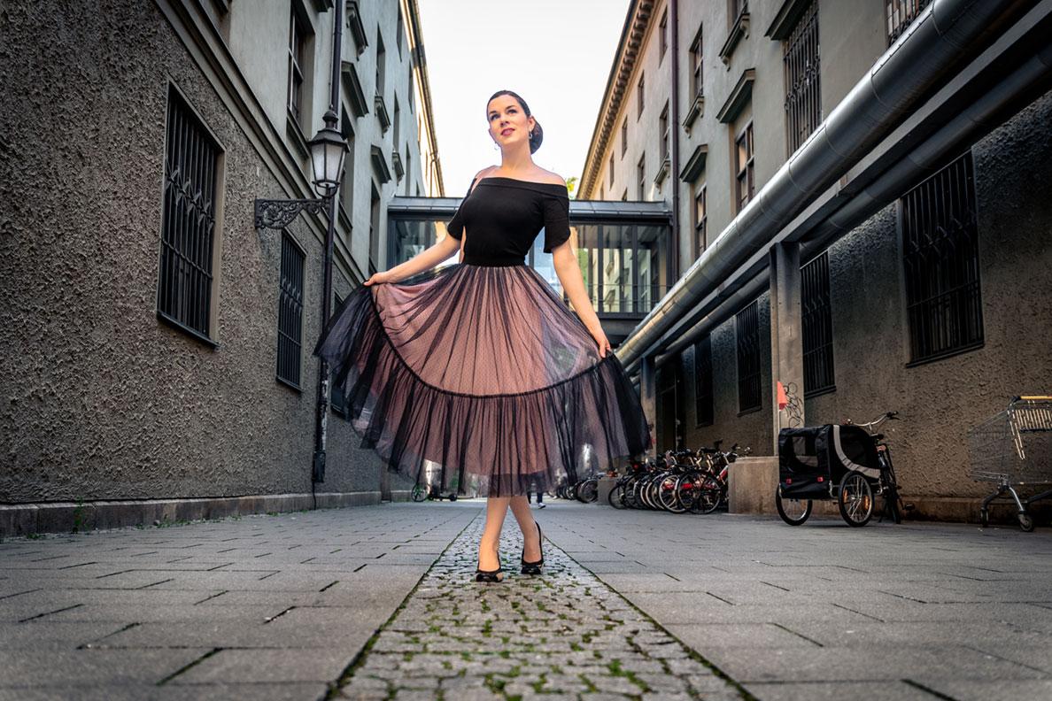 Tüllrock kombinieren - die Schuhe: RetroCat mit Ballerinas zum Midi-Rock