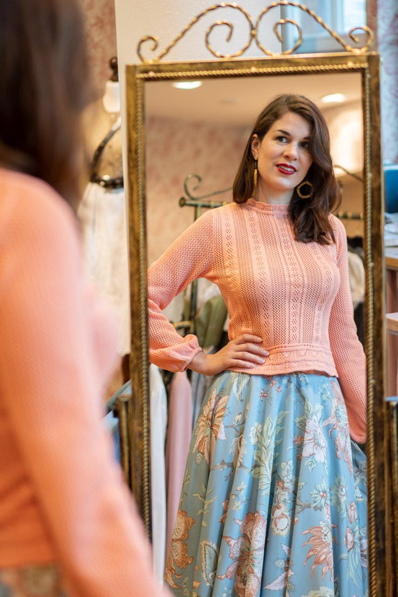 RetroCat trägt einen zarten Pullover mit Puffärmeln von Lena Hoschek