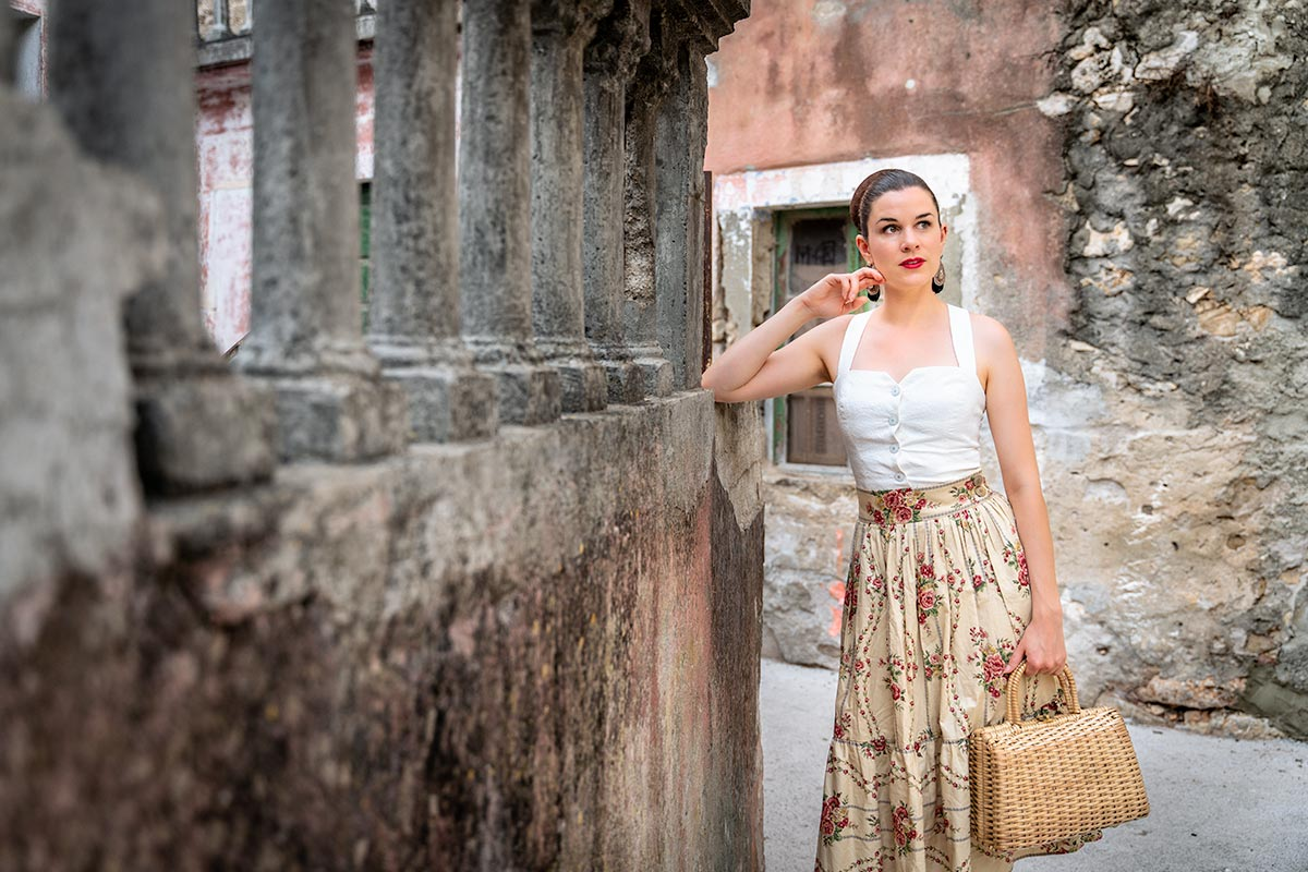 The perfect Outfit for warm Summer Evenings: A Flower Skirt and subtle Top