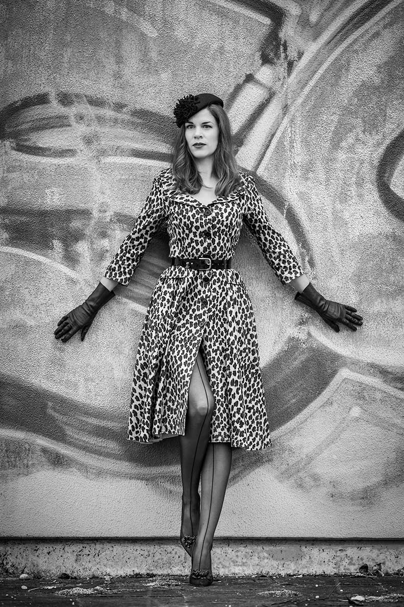 RetroCat mit Nahtstrümpfen und einem Leoparden-Kleid von Lena Hoschek