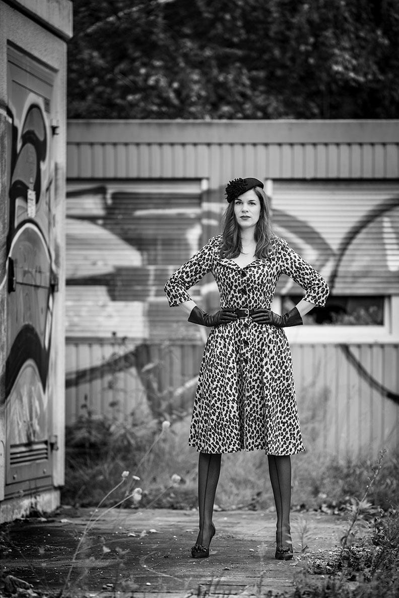 RetroCat mit Leoparden-Kleid und schwarzen Retro-Accessoires