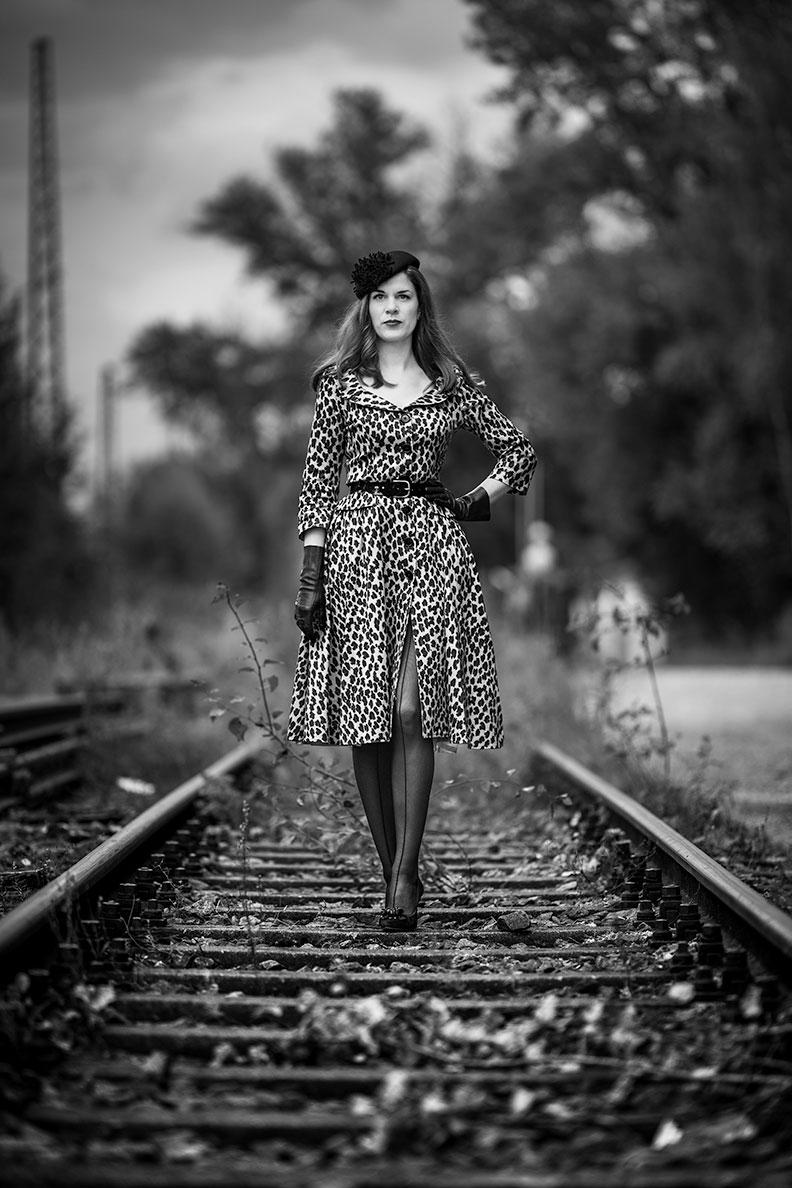 RetroCat im stylishen Retro-Kleid mit Leopardenmuster von Lena Hoschek