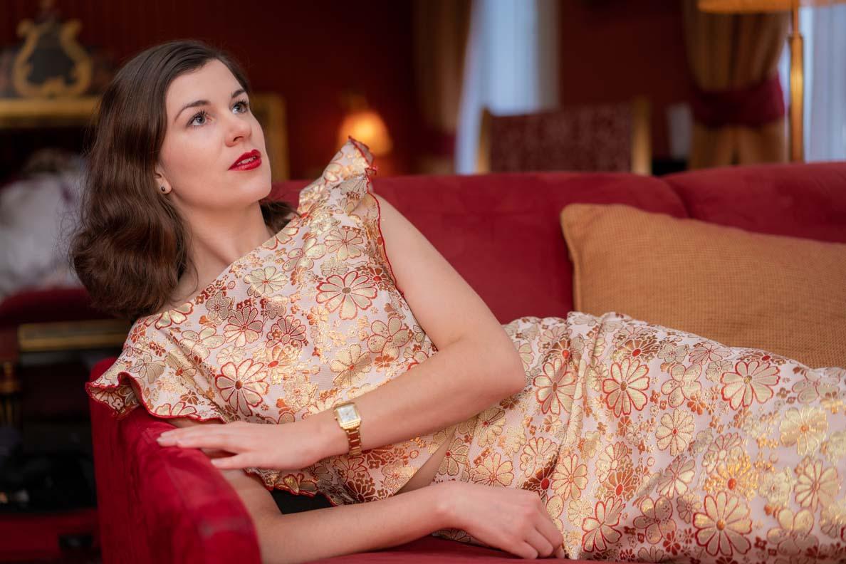 RetroCat auf einer roten Couch im Boudoir-Stil