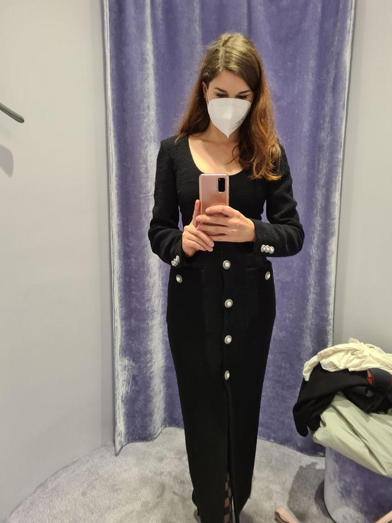 RetroCat in einem schwarzen Kleid von Alessandra Rich