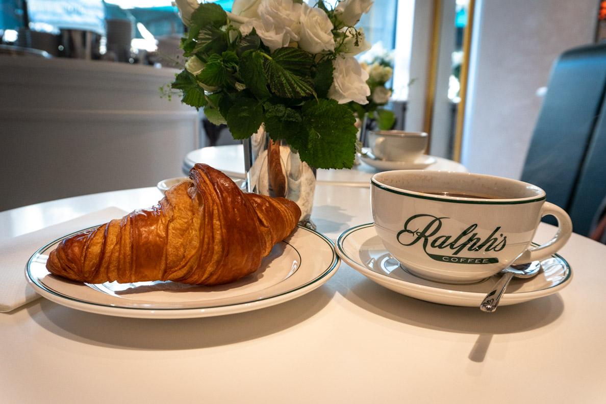 RetroCats American Coffee und Croissant in Ralph's Coffee in München