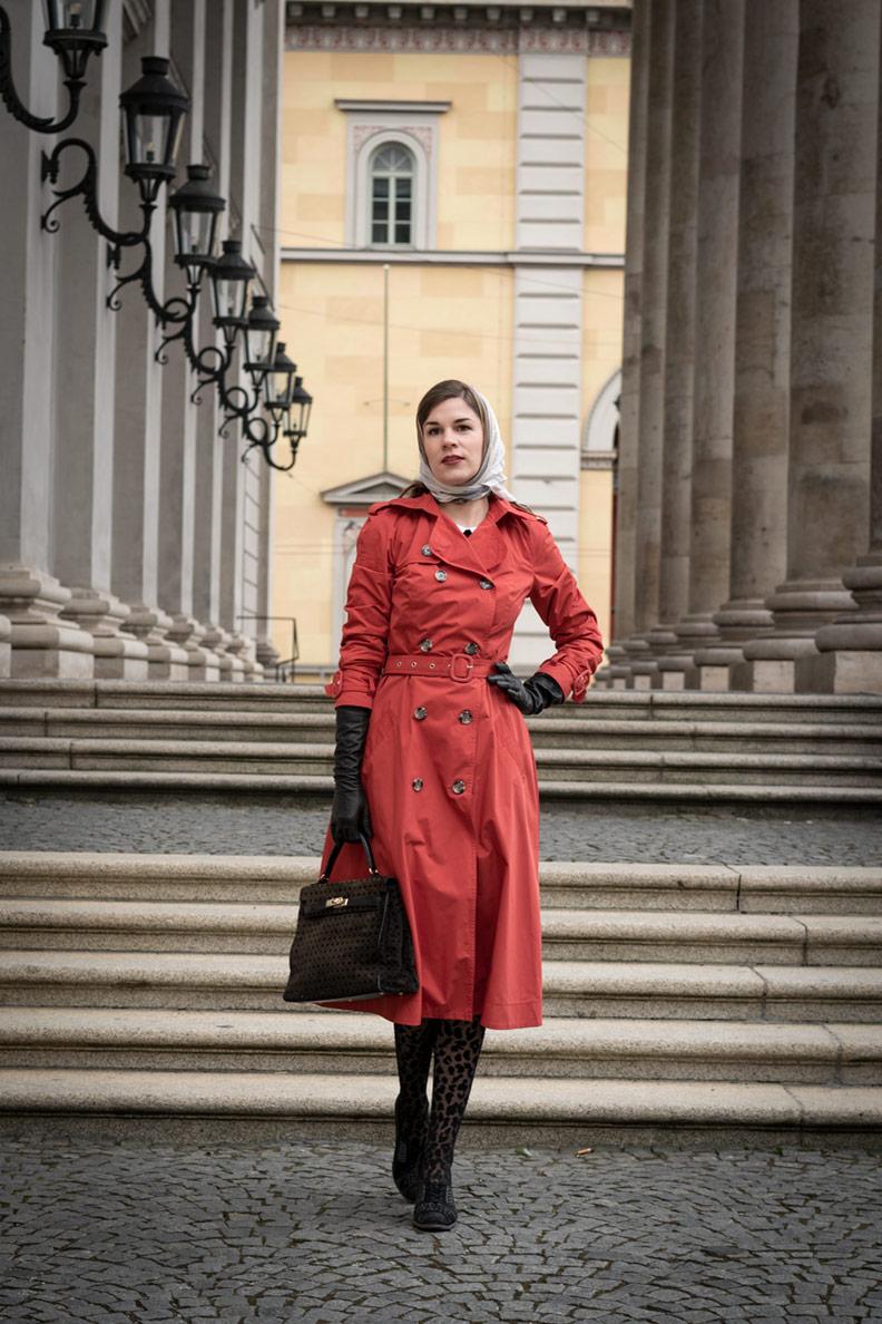 RetroCat trägt einen rostroten Trenchcoat von Ginger Jackie