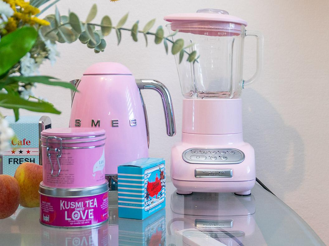 Ein Retro-Wasserkocher von Smeg und weitere Küchenutensilien